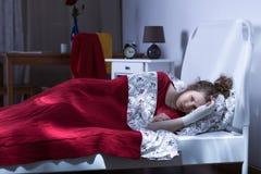Deprimiertes weibliches Lügen im Bett Stockbilder