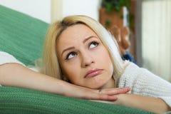 Deprimiertes weibliches Sitzen in der Ruhe Lizenzfreie Stockfotos