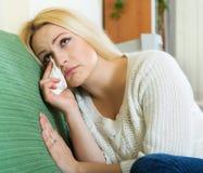 Deprimiertes weibliches Sitzen in der Ruhe Lizenzfreies Stockbild