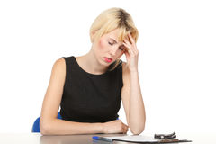 Deprimiertes weibliches witting am Tisch Stockfoto