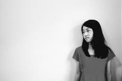 Deprymuje i beznadziejna dziewczyna z nieobecny pamiętam patrzeć w dół statywowy fotografia stock