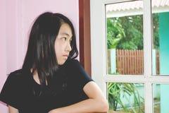 Deprymuje i beznadziejna dziewczyna z nieobecnym pamiętającym Obrazy Stock