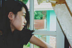 Deprymuje i beznadziejna dziewczyna z nieobecnym pamiętającym Zdjęcia Royalty Free