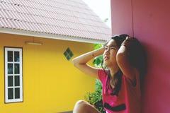 Deprymuje i beznadziejny dziewczyny siedzieć plenerowy Fotografia Royalty Free