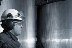 Depósitos de gasolina y trabajador del petróleo Fotos de archivo