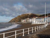 Deptak i plaża przy Aberystwyth Zdjęcia Stock