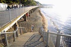 Deptak i plaża przy zmierzchem w Svetlogorsk, Kaliningrad Oblast, Rosja Zdjęcie Stock