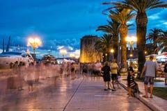 Deptak pełno wewnątrz turyści i iluminujący Kamerlengo kasztel Zdjęcia Royalty Free