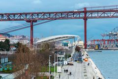Deptak prowadzi 25 De Abril most w Lisbon Obraz Royalty Free
