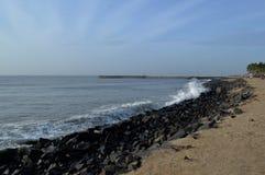 Deptak, skały plaża/, Pondicherry, India obraz stock