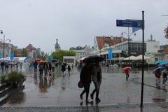 Deptak w Sopocie Polska z ludźmi chodzi pod parasolami w deszczu zdjęcia stock