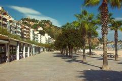 Deptak wzdłuż Śródziemnomorskiego wybrzeża fotografia stock
