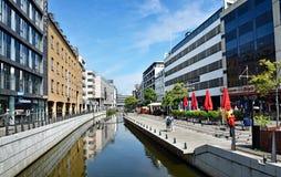 Deptak wzdłuż rzecznego Aarhus A w centrum miasta miasteczko Aarhus w Dani Zdjęcia Stock