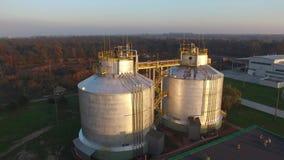 Depuradora de aguas residuales moderna, los tanques enormes, visión aérea metrajes