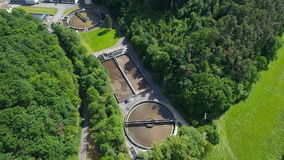 Depuradora de aguas residuales - purificación de las aguas residuales almacen de metraje de vídeo
