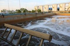Depuradora de aguas residuales urbana moderna Imagen de archivo libre de regalías
