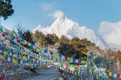 DEQIN, CHINA - 16. MÄRZ 2015: Morgen-Ansicht des Meili-Schnee-Berges Stockfotos