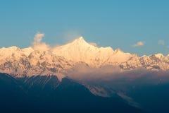 DEQIN, CHINA - 16. MÄRZ 2015: Morgen-Ansicht des Meili-Schnee-Berges Lizenzfreies Stockfoto