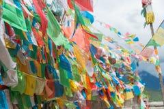 DEQIN, CHINE - 7 août 2014 : Drapeau de prière au temple de Feilai un famou Image stock