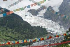 DEQIN, CHINE - 5 août 2014 : Drapeaux de prière au glacier de Minyong un fa Photographie stock