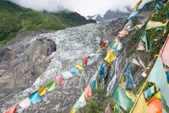 DEQIN, CHINE - 5 août 2014 : Drapeaux de prière au glacier de Minyong un fa Photographie stock libre de droits