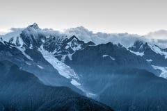 DEQIN, CHINE - 3 août 2014 : Vue de soirée de la montagne N de neige de Meili Images stock