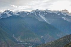 DEQIN, CHINE - 3 août 2014 : Vue de soirée de la montagne N de neige de Meili Images libres de droits
