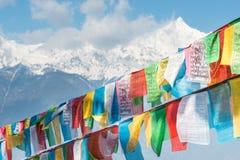 DEQIN, CHINE - 16 MARS 2015 : Drapeau de prière à la montagne N de neige de Meili Photographie stock libre de droits