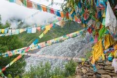 DEQIN CHINY, Aug, - 5 2014: Modlitw flaga przy Minyong lodowem fa Zdjęcie Royalty Free