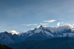 DEQIN CHINY, Aug, - 3 2014: Wieczór widok Meili Śnieżna góra N Zdjęcia Stock