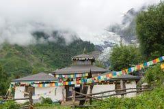 DEQIN, CINA - 5 agosto 2014: Tempio di Lianhua al ghiacciaio di Minyong a immagine stock