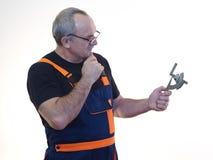Der ältere Arbeitnehmer mit dem Werkzeug Stockfotografie