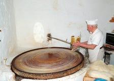 Der ältere Konditor bereitet Bonbons vor Lizenzfreies Stockbild