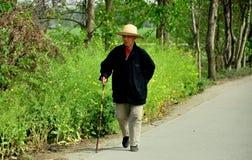 Pengzhou, China: Älterer Mann, der mit Stock geht Stockfotos