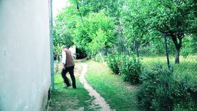 Der ältere Mann geht durch das Haus stock video footage