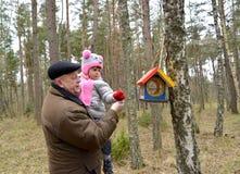 Der ältere Mann mit der Enkelin lizenzfreies stockfoto
