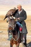 Der ältere mongolische Reiter mit Adler Lizenzfreie Stockfotos
