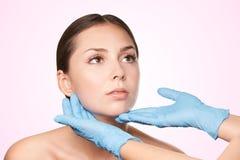 Der Ästhetik Technologie ultra Asiatische skincare Frau, die Gesichtshaut, Auffrischungskonzept der Hautpflege verwöhnt Lächelnde stockfotografie