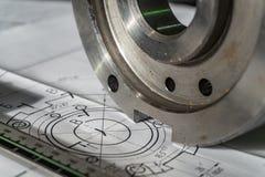 Der Übergangsflansch, nach der Verarbeitung, liegt auf der technischen Zeichnung Nahe bei dem Teil ist das Messgerät, ein Tasterz stockfotos