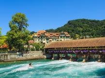 Der Aare-Fluss in der Stadt von Thun in der Sommerzeit Stockfotos