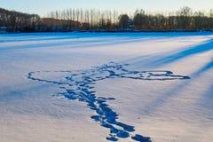 Der Abdruck auf dem Schneesonnenaufgang Stockfotos
