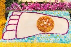 Der Abdruck des Buddhas verziert durch Blumen (Blumen-Festival, Thailand) Lizenzfreie Stockfotos