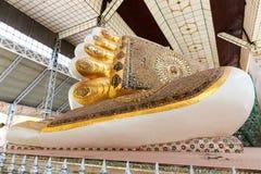 Der Abdruck des Shwethalyaung Buddha das riesige Stützen auf Myanmar Lizenzfreie Stockfotos