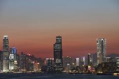 Der Abend über Victoria Harbour Stockfotos