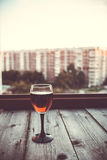Der Abend der Stadt reflektiert im Glas Lizenzfreie Stockfotos