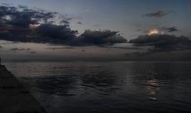 Der Abendhimmel über dem Meer Lizenzfreies Stockfoto