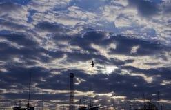 Der Abendhimmel in den Gewitterwolken über den Dächern Lizenzfreies Stockfoto