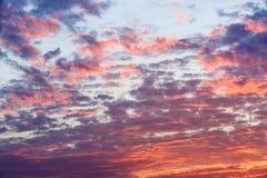 Der Abendhimmel von reichem und von buntem Stockbild