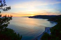 Der Abendsonnenuntergang über dem Meer von einer Höhe Lizenzfreie Stockfotos