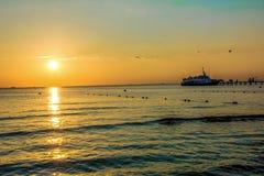 Der Abendsonnenuntergang auf dem Schwarzen Meer Lizenzfreie Stockfotografie